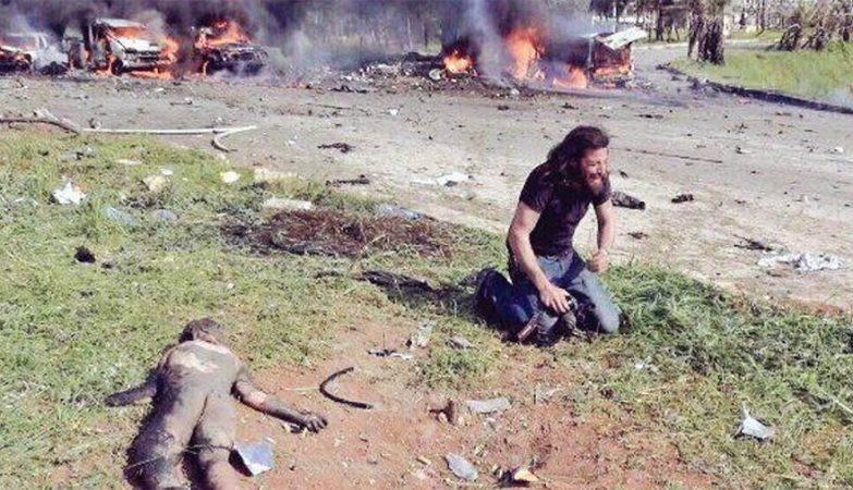 Fotógrafo sírio Abd Alkader Habak em lágrimas após salvar criança em bombardeio perto de Aleppo