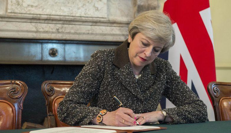 Artigo 50: A primeira-ministra britânica, Theresa May, assina a carta que deu início ao Brexit