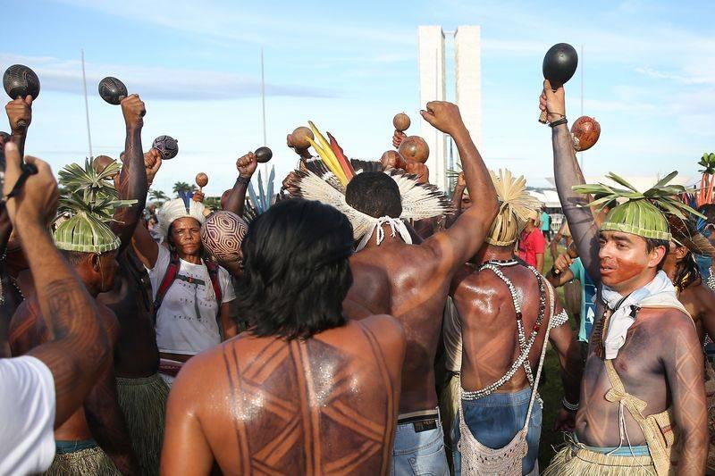 Índios do Acampamento Terra Livre fazem nova manifestação na Esplanada dos Ministérios