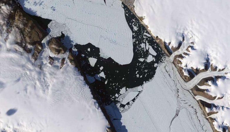 Imagens de satélite da ilha de gelo que surgiu em 2010. Na época, tinha 260 quilômetros quadrados