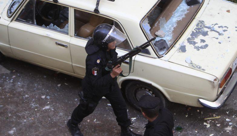 Policial egípcio depois de ataque anterior aos cristãos coptas no Cairo