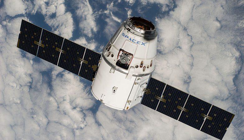 Uma cápsula Dragon da SpaceX aproximando-se da Estação Espacial Internacional