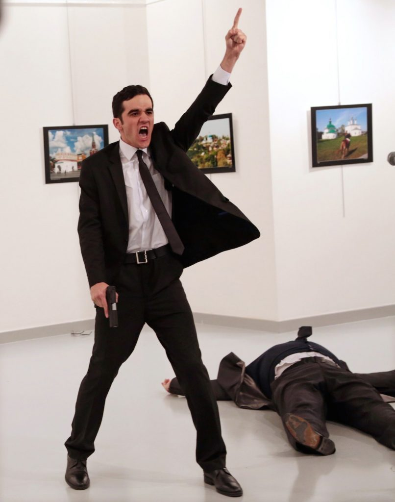 Foto vencedora do World Press Photo 2017, do fotógrafo turco Burhan Ozbilici, durante o assassinato do embaixador russo Andrey Karlov