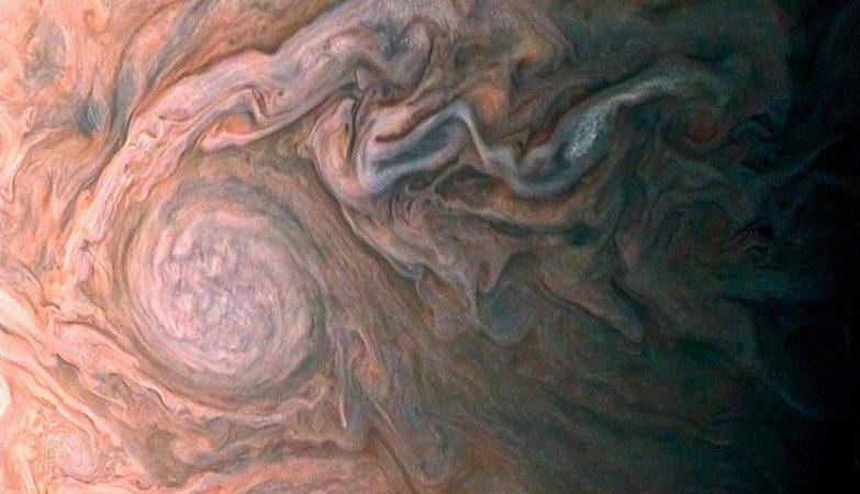 """Esta imagem realçada de uma misteriosa mancha escura em Júpiter parece revelar uma """"galáxia"""" de tempestades turbulentas"""