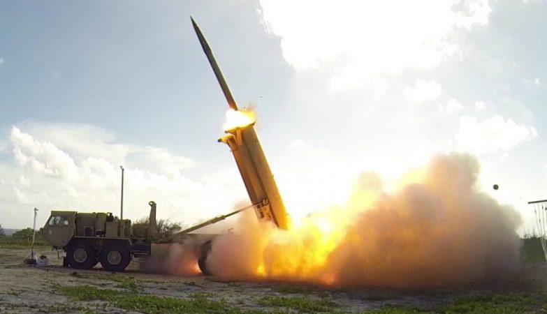 Uma bateria Terminal High Altitude Area Defense - THAAD lança um míssil interceptor