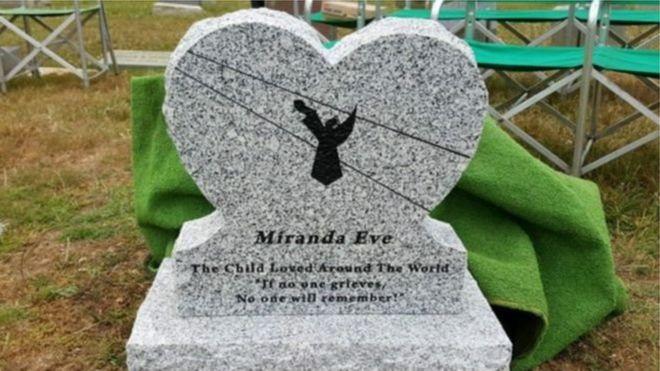 """ONG fez uma nova lápide para menina com a frase """"Se não houve luto, ninguém se lembrará"""""""