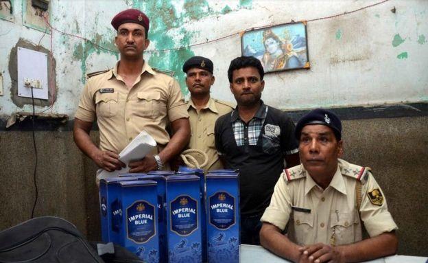 Após proibição, policiais prenderam mais de 40 mil pessoas e confiscaram mais de 900 litros de álcool