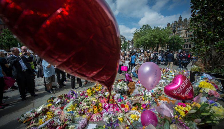Britânicos prestam homenagens às vítimas da explosão em Manchester