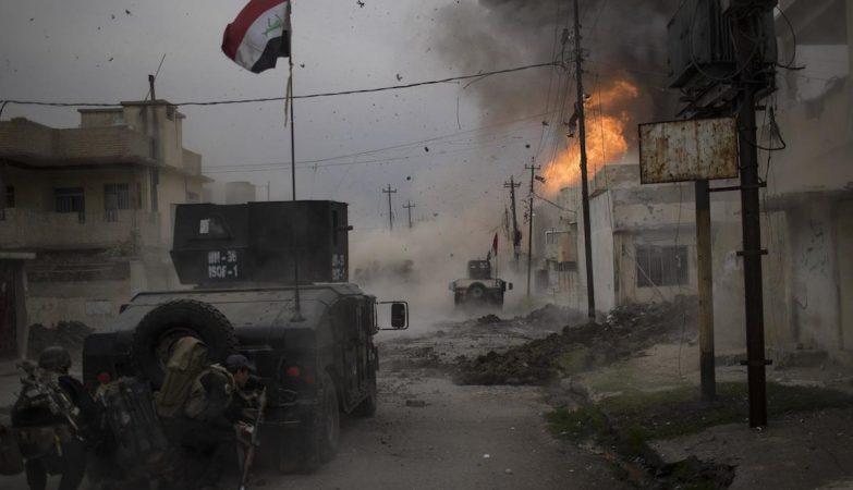 """O brasileiro Felipe Dana, que trabalha para a agência Associated Press, ganhou o 3º lugar na categoria Notícias em Destaque com a imagem """"Batalha em Mosul"""""""