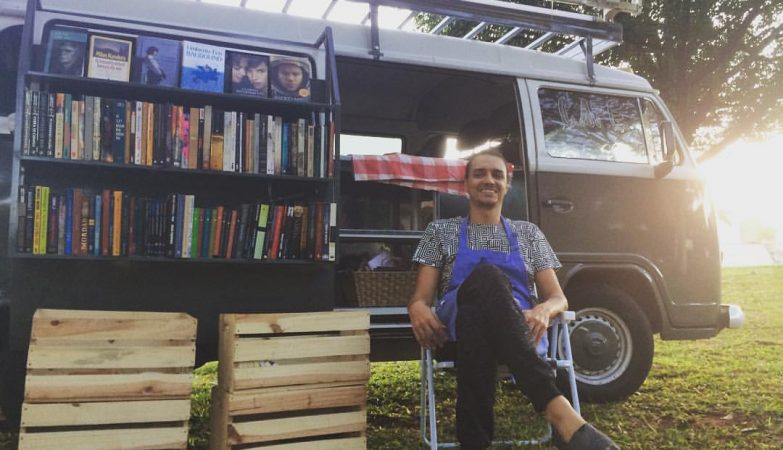 Pedro Mendes e sua Kombi-livraria e café