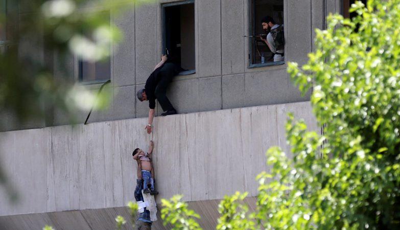Um menino é evacuado durante ataque ao Parlamento iraniano