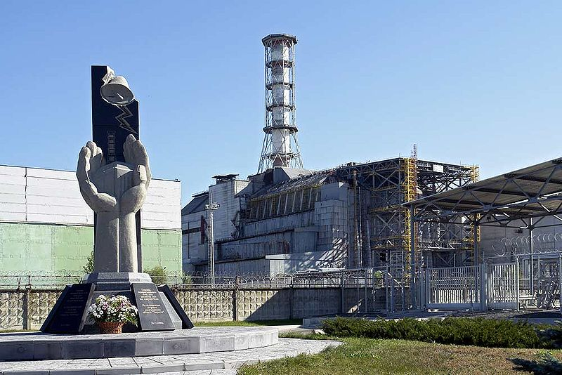 Monumento às vítimas do acidente de 1986 em Chernobyl, junto ao reator 4 da usina nuclear