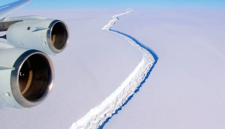Faltam apenas 13 km para que enorme bloco de gelo se desprenda completamente, afirmam cientistas