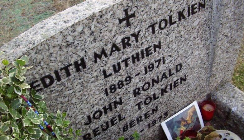 Lápide no túmulo de Tolkien e sua esposa em Oxford, na Inglaterra