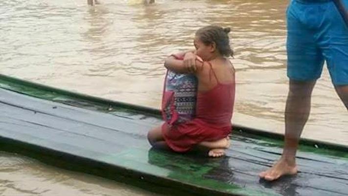Rivânia salva livros da enchente