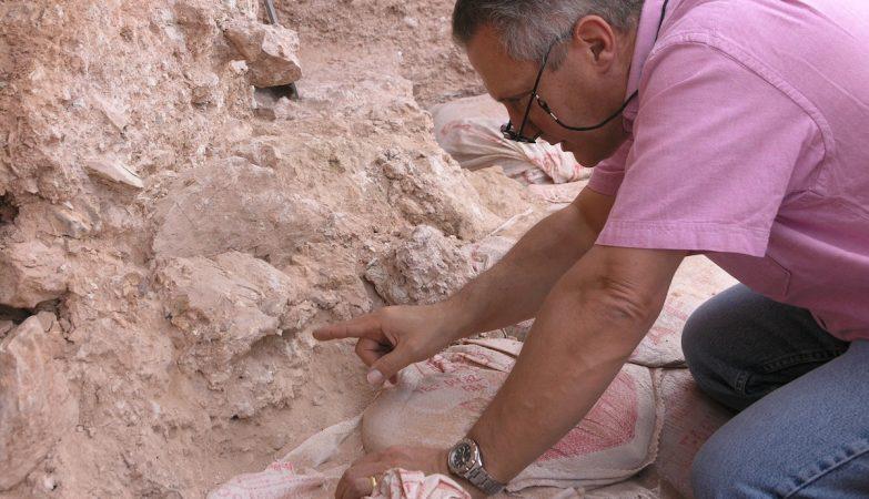 O paleoantropólogo  Jean-Jacques Hublin, do Instituto Max Planck, mostra um achado no sítio arqueológico de Jebel Irhoud, Marrocos