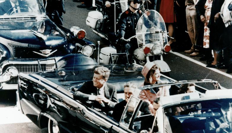 O presidente dos Estados Unidos, John F. Kennedy, em Dallas, em 1963, na sua limousine ao lado da mulher, Jackie, poucos minutos antes de ser assassinado