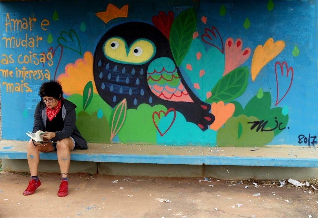 Michelle Cunha se inspira no universo feminino e dá cores vibrantes aos muros de Brasília