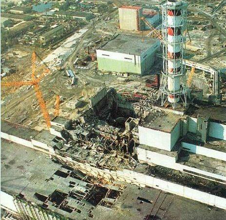 O reator nuclear 4 de Chernobyl (ao centro) após o desastre. ao centro/direita, o reator 3