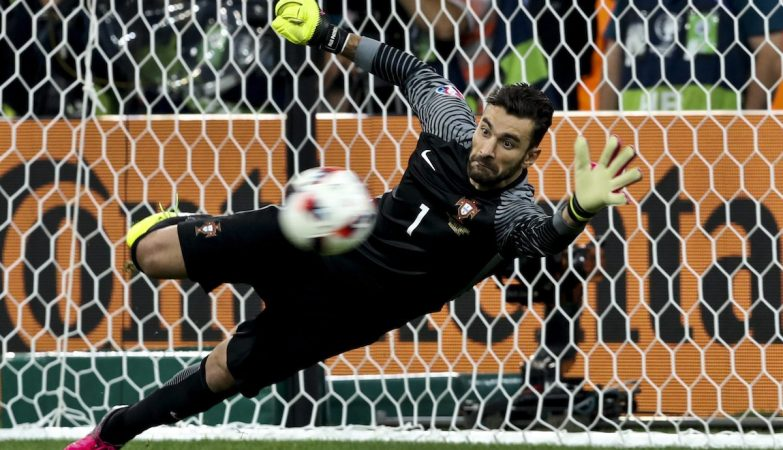 O goleiro Rui Patrício defende o penalty que dá o apuramento de Portugal para as meias-finais do Euro 2016 frente à Polónia