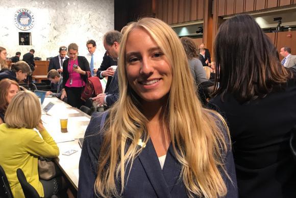 """A brasileira Victoria Herring, estudante de política, acordou às três da manhã para acompanhar o depoimento de Comey no Senado, evento apelidado de """"Super Bowl de Washington"""""""