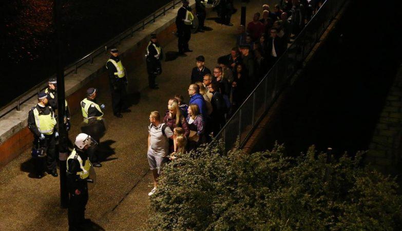 Agentes da Polícia Metropolitana de Londres com pessoas evacuadas após o ataque na London Bridge