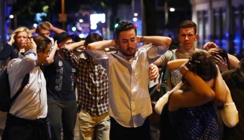 Pessoas abandonam a zona do ataque na London Bridge, em Londres, com as mãos na cabeça