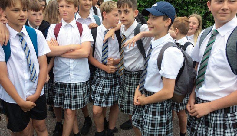 Um grupo de rapazes usou saias porque as bermudas eram proibidas