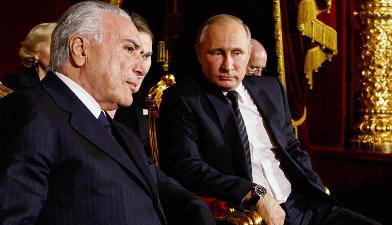 O presidente brasileiro, Michel Temer, ao lado do presidente russo, Vladimir Putin