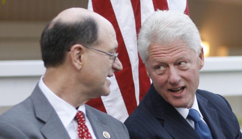O congressista Brad Sherman com o ex-presidente norte-americano Bill Clinton, o último a ser alvo de um processo de impeachment