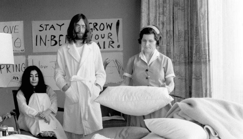"""""""Empregada arrumando a cama enquanto os artistas ricos esperam para fazer seu protesto."""""""