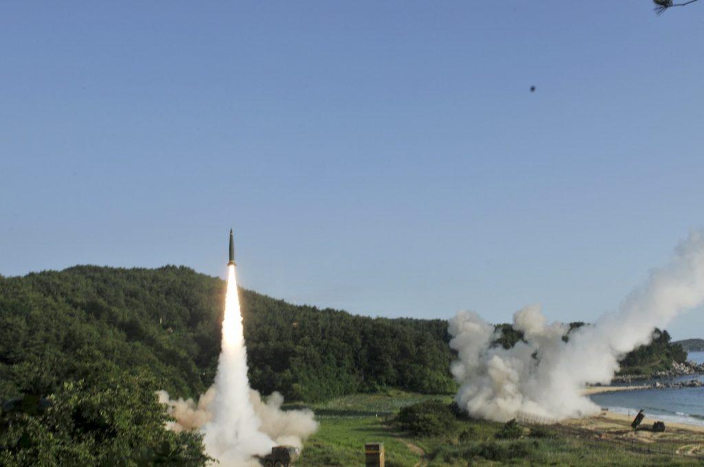 """Os exercícios conjuntos dos EUA e Coreia do Sul pretenderam testar e demonstrar a """"capacidade de efetuar lançamentos de precisão"""" de mísseis intercontinentais"""