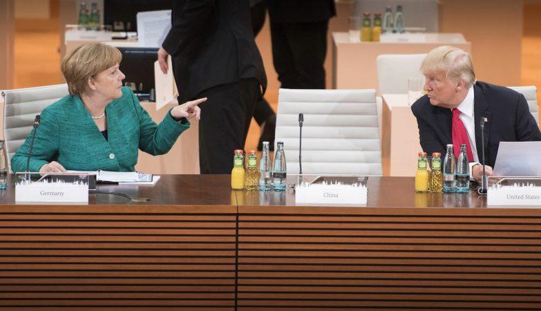 A chanceler Angela Merkel fala com o presidente dos EUA Donald Trump