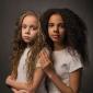 """""""Pensam que somos só amigas"""": as gêmeas que nasceram com cor de pele diferente"""