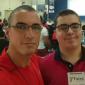 Pai faz vestibular e entra no mesmo curso que o filho autista para protegê-lo