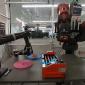 Robô alimentado por IA consegue preparar e servir cachorros-quentes