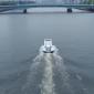 "Barco em formato de ziper ""abre"" os mares enquanto navega"